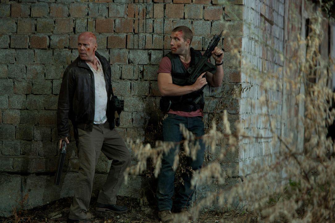 Eigentlich hat McClane (Bruce Willis, l.) Urlaub und reist nur nach Moskau, um seinen entfremdeten Sohn Jack (Jai Courtney, r.) zu retten, den er se... - Bildquelle: 2013 Twentieth Century Fox Film Corporation. All rights reserved.