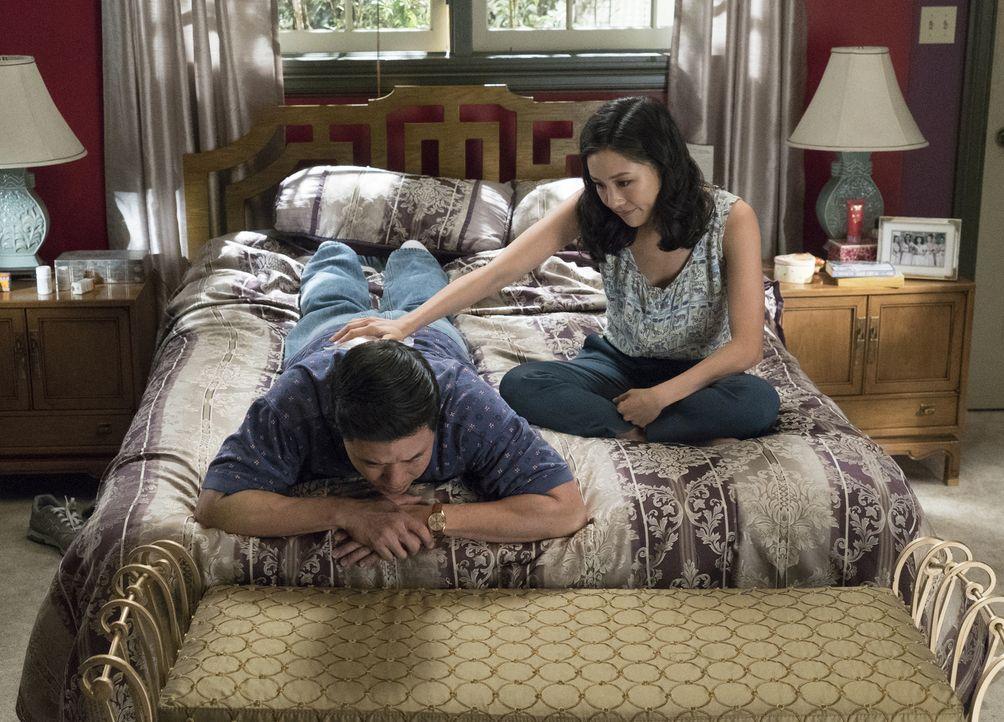 Jessica (Constance Wu, l.) macht sich Sorgen um ihren gutmütigen Ehemann Louis (Randall Park, l.) als dieser sich in den Kopf gesetzt hat, seinen Fr... - Bildquelle: 2017-2018 American Broadcasting Companies. All rights reserved.