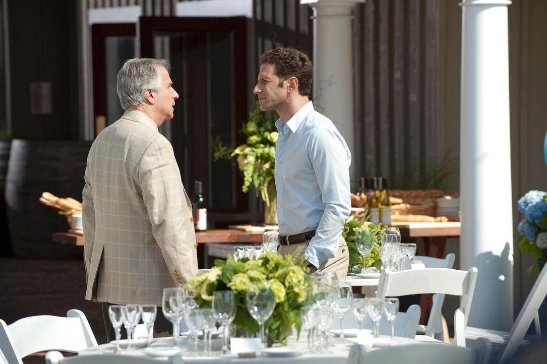 Wird Dr. Hank Lawson (Mark Feuerstein, r.) seinem Vater Eddie R. Lawson (Henry Winkler, l.) irgendwann verzeihen können? - Bildquelle: Universal Studios