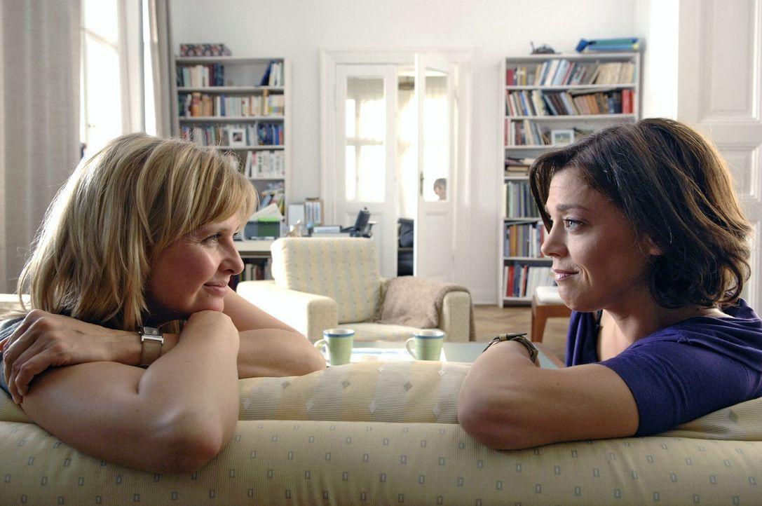 Nika (Katharina Böhm, l.) schüttet ihrer Freundin Barbara (Dominique Chiout, r.) ihr Herz aus ... - Bildquelle: Sat.1