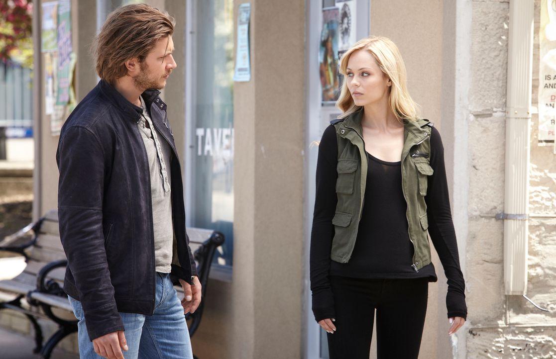 Zwischen Elena (Laura Vandervoort, r.) und Clay (Greyston Holt, l.) knistert es gewaltig ... - Bildquelle: 2014 She-Wolf Season 1 Productions Inc.