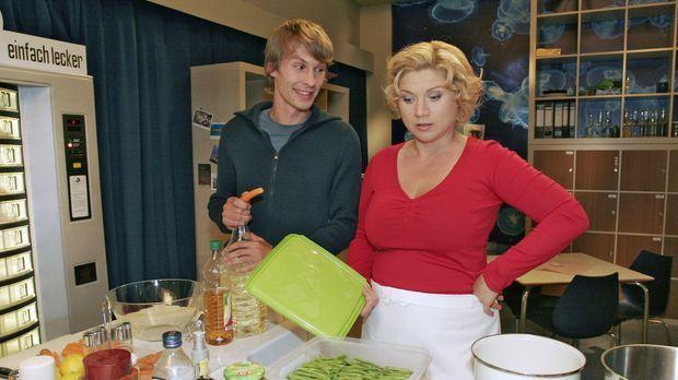 Zwischen Agnes (Susanne Szell, r.) und ihrem Assistenten Boris (Matthias Rott...