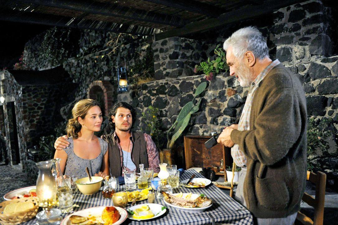 Beim gemeinsamen Abendessen bittet Costas (Michael Degen, r.) das vermeintlich Paar (Alissa Jung, l.; Manuel Cortez, M.) fürs Foto um einen innigen... - Bildquelle: Hardy Brackmann Sat.1