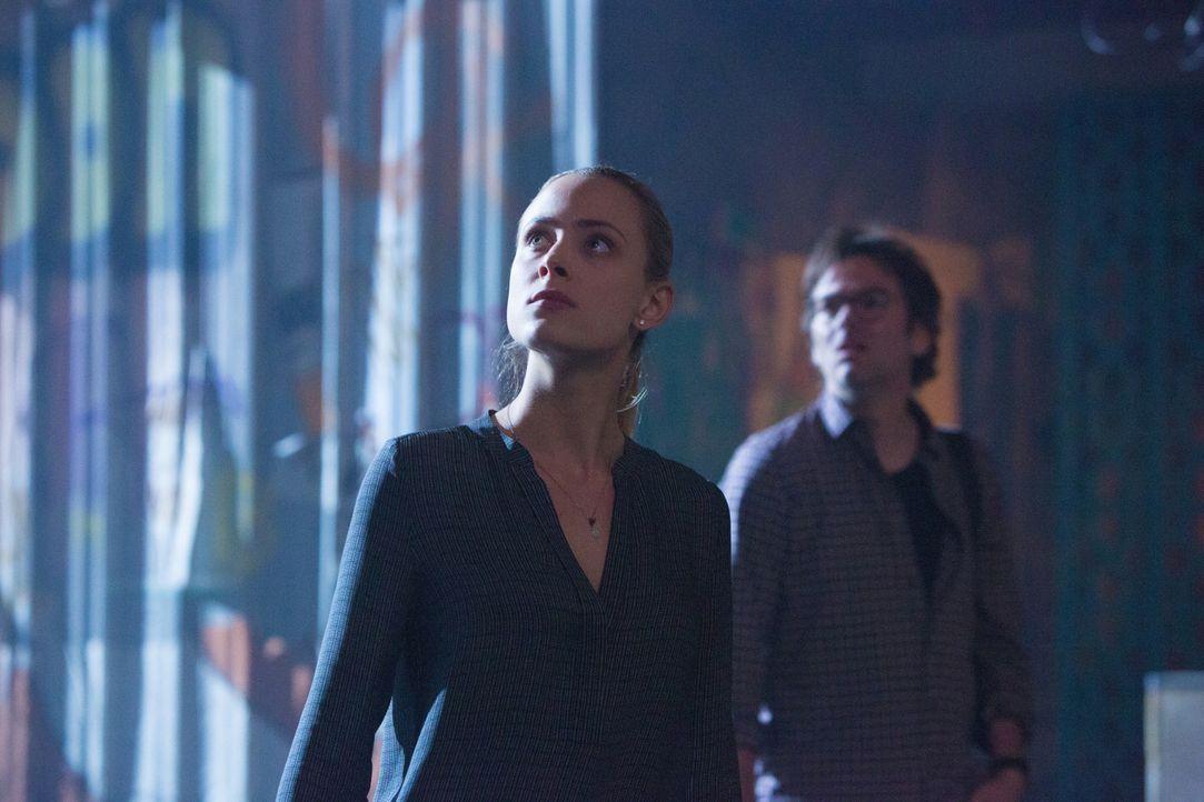 Auch wenn sich Chloe (Nora Arnezeder, l.) nicht mit Mitch (Billy Burke, r.) versteht, müssen die beiden Wissenschaftler zusammenarbeiten, um dahinte... - Bildquelle: Steve Dietl 2015 CBS Broadcasting Inc. All Rights Reserved.