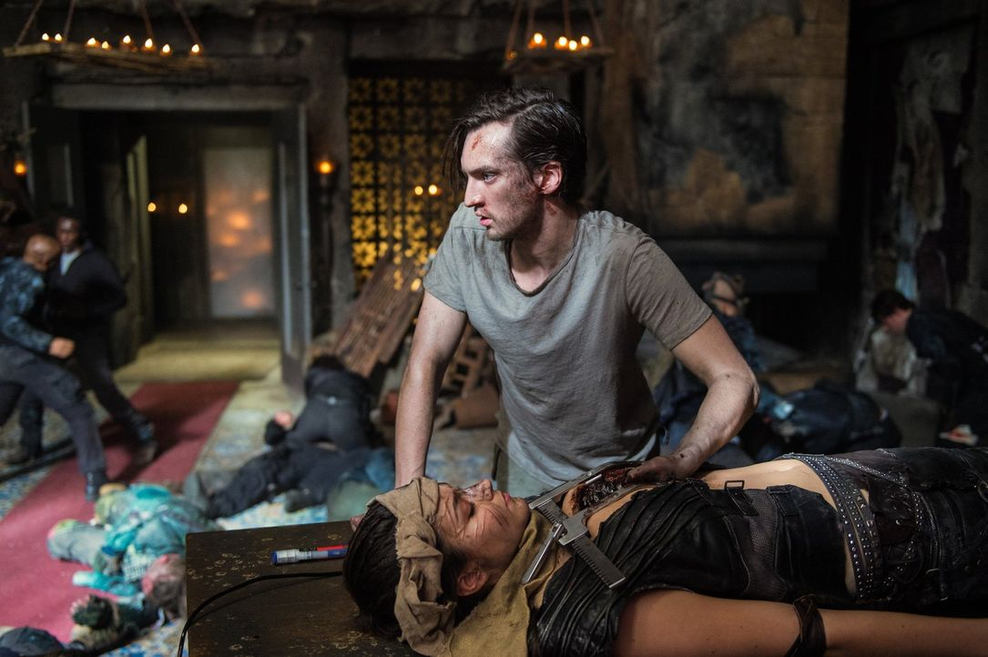 Murphy (Richard Harmon, oben) und der restliche Widerstand versuchen, Ontaris (Rhiannon Fish, unten) Körper zu nutzen, um Clarke die Chance zu geben... - Bildquelle: 2014 Warner Brothers