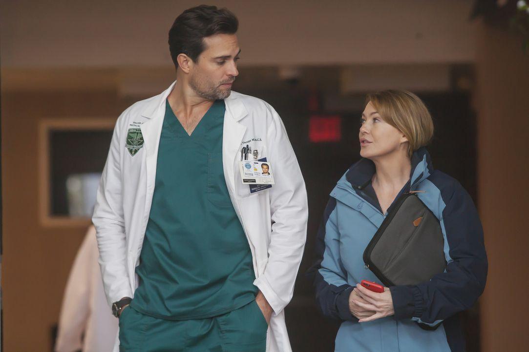 Während es Andrew leid ist, Maggies Geheimnis zu sein, trifft Meredith (Ellen Pompeo, r.) bei ihrem besonderen Einsatz im Militärkrankenhaus auf Maj... - Bildquelle: Ron Batzdorff ABC Studios