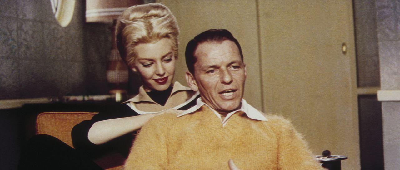 Kurz vor dem großen Coup gönnt Beatrice (Angie Dickinson, l.) ihrem Mann Frankie (Frank Sinatra, r.) noch eine entspannende Rückenmassage ... - Bildquelle: Warner Bros.