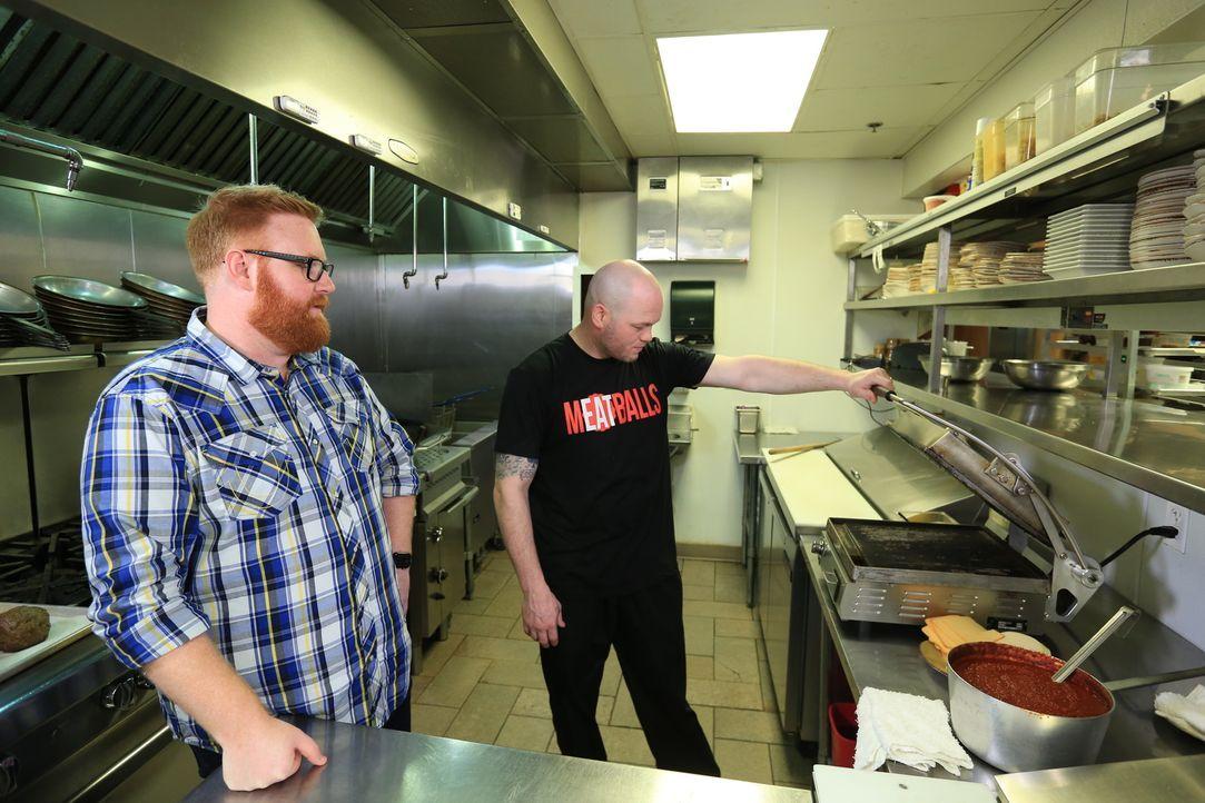 """Im """"Emporio"""" bereitet Josh Denny (l.) gemeinsam mit Küchenchef Donnie Amman (r.) ein Sixpack zu: Ein riesiges Sandwich mit viel Ciabatta und sechs g... - Bildquelle: 2017,Television Food Network, G.P. All Rights Reserved"""