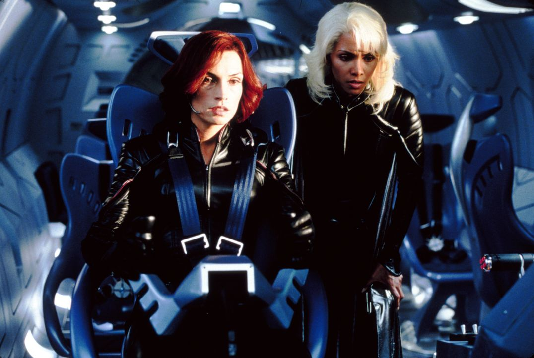 Wollen General William Strykers Vorhaben stoppen: Jean Grey (Famke Janssen, l.) und Storm (Halle Berry, r.) ... - Bildquelle: 20th Century Fox International Television