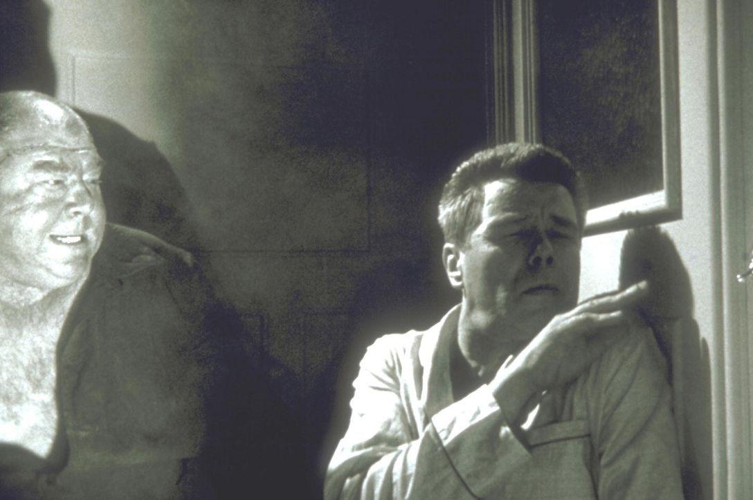 Auch Inspektor Martin (Heinz Drache, r.) bleibt nicht verschont ... - Bildquelle: Constantin Film