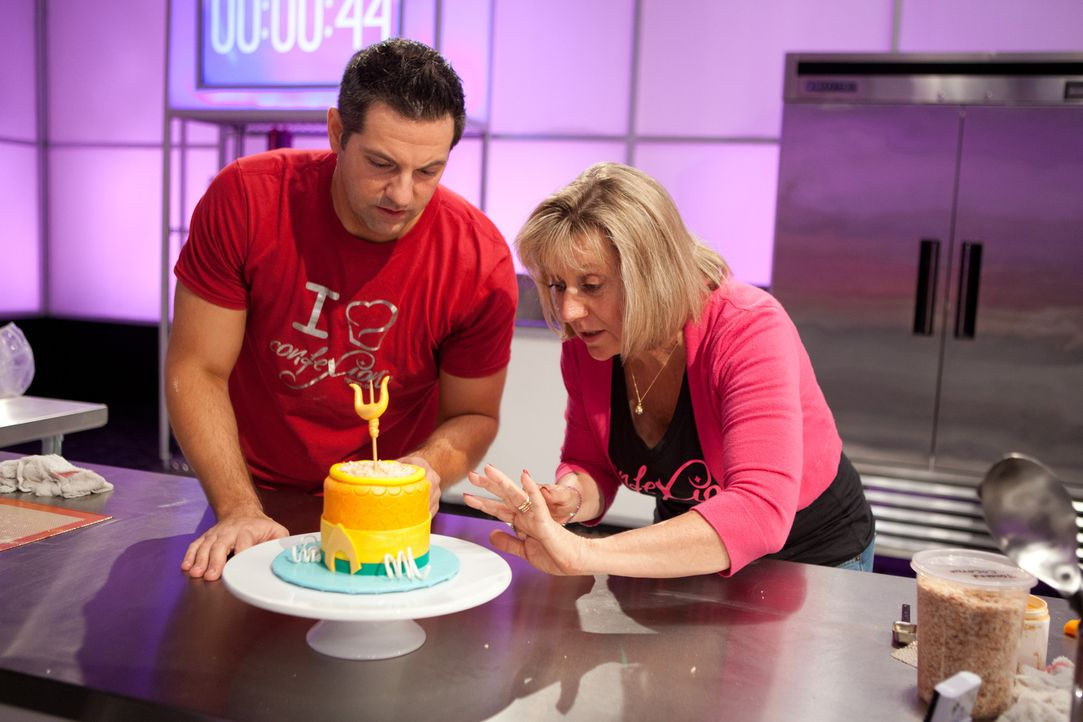 Jetzt muss alles stimmen: Bäcker Anthony Valerio (l.) und seine Assistentin Vandy Altounian (r.) verpassen ihrem Kuchen den letzten Feinschliff ... - Bildquelle: Emile Wamsteker 2015, Television Food Network, G.P. All Rights Reserved