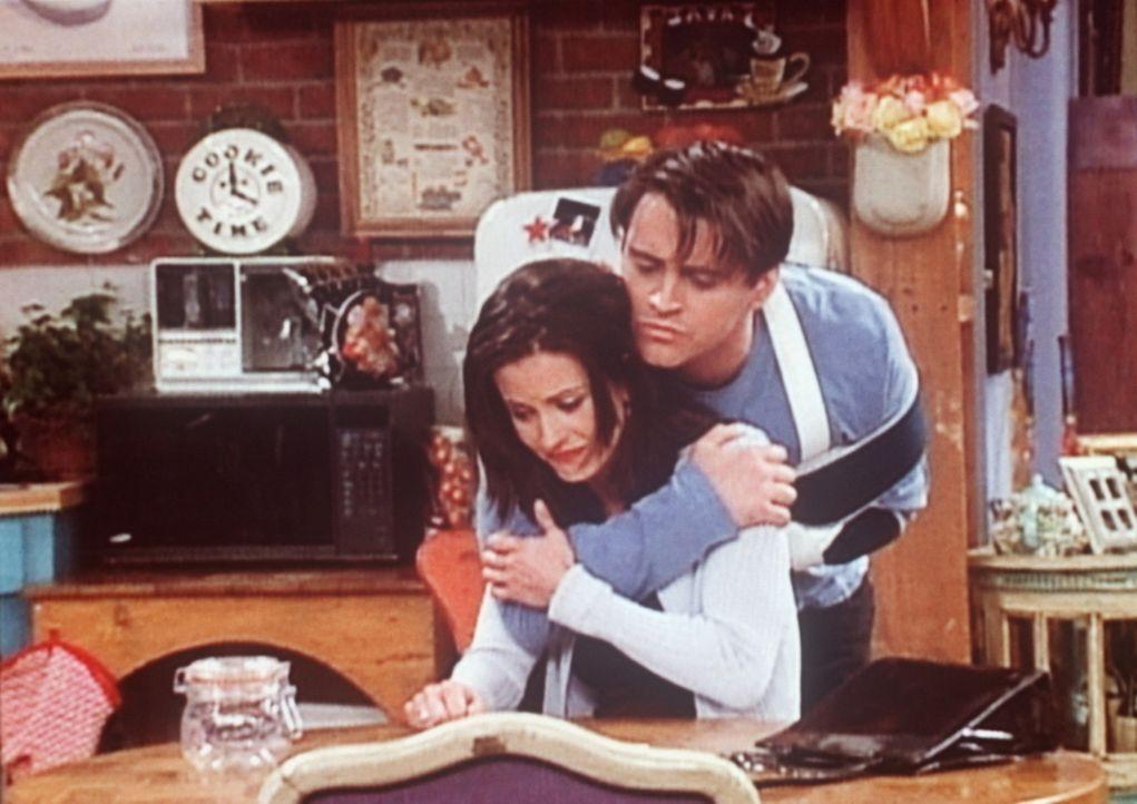 Joey (Matt LeBlanc, r.) tröstet Monica (Courteney Cox, l.), die darüber verzweifelt ist, noch unverheiratet und ohne Kinder zu sein. - Bildquelle: TM+  2000 WARNER BROS.