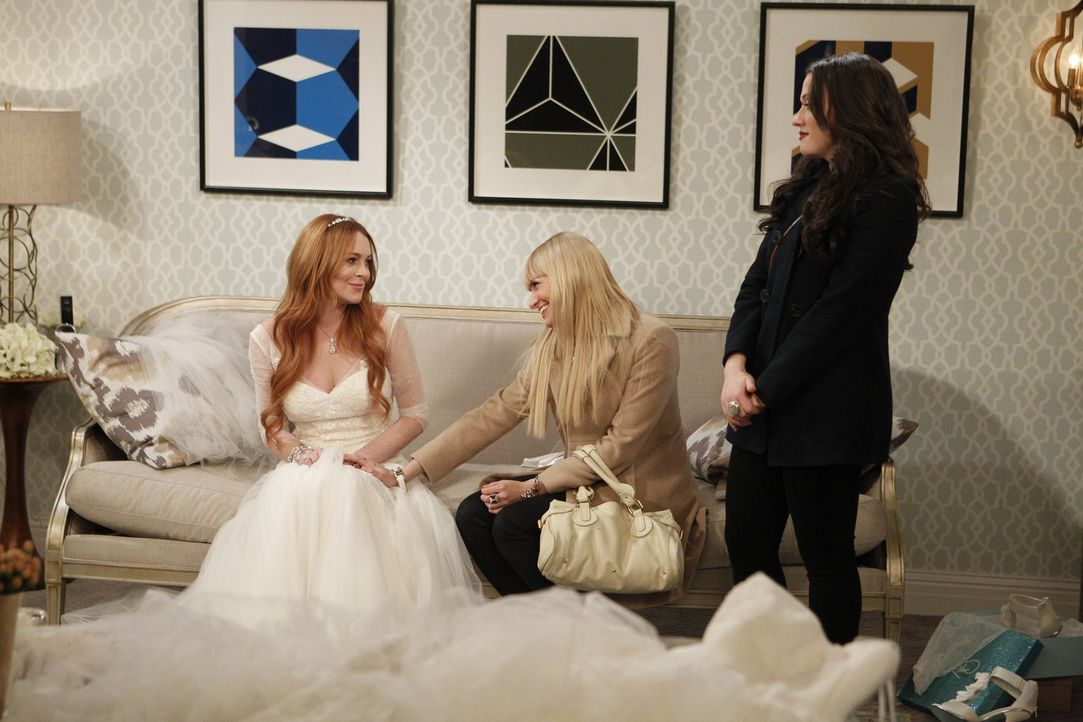 Max (Kat Dennings, r.) und Caroline (Beth Behrs, M.) nehmen einen Auftrag für eine Hochzeitstorte an. Doch der gestaltet sich äußerst schwierig, wei... - Bildquelle: Warner Bros. Television