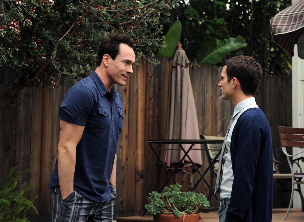 Drew (Chris Klein, l.) beichtet Ryan (Elijah Wood, r.), dass nicht alles so gut mit Jenna läuft, wie es scheint. Besteht doch noch Hoffnung für Ryan... - Bildquelle: 2011 FX Networks, LLC. All rights reserved.