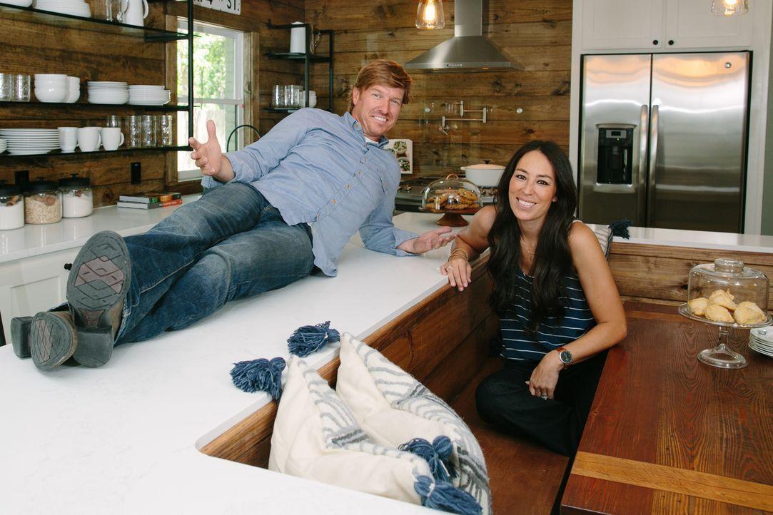Chip (l.) und Joanna (r.) verwandeln heruntergekommene Häuser in wunderschönen Gegenden in wahre Traumpaläste. Um die Morgans, die gerade zwei Mädch... - Bildquelle: Rachel Whyte 2016, HGTV/Scripps Networks, LLC. All Rights Reserved.