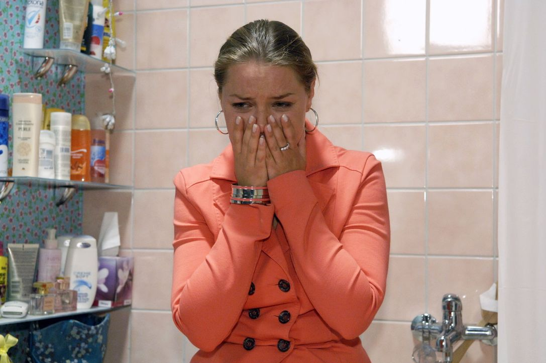 Katja (Karolina Lodyga) bricht angesichts des Testergebnisses zusammen. - Bildquelle: Claudius Pflug Sat.1