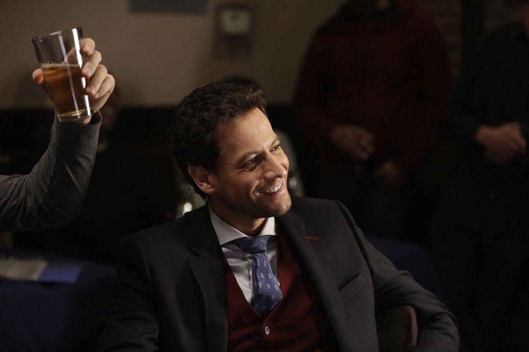 Amüsiert sich, als seine Freunde in der Karaokebar peinliche Lieder trällern: Henry (Ioan Gruffudd) ... - Bildquelle: Warner Bros. Television