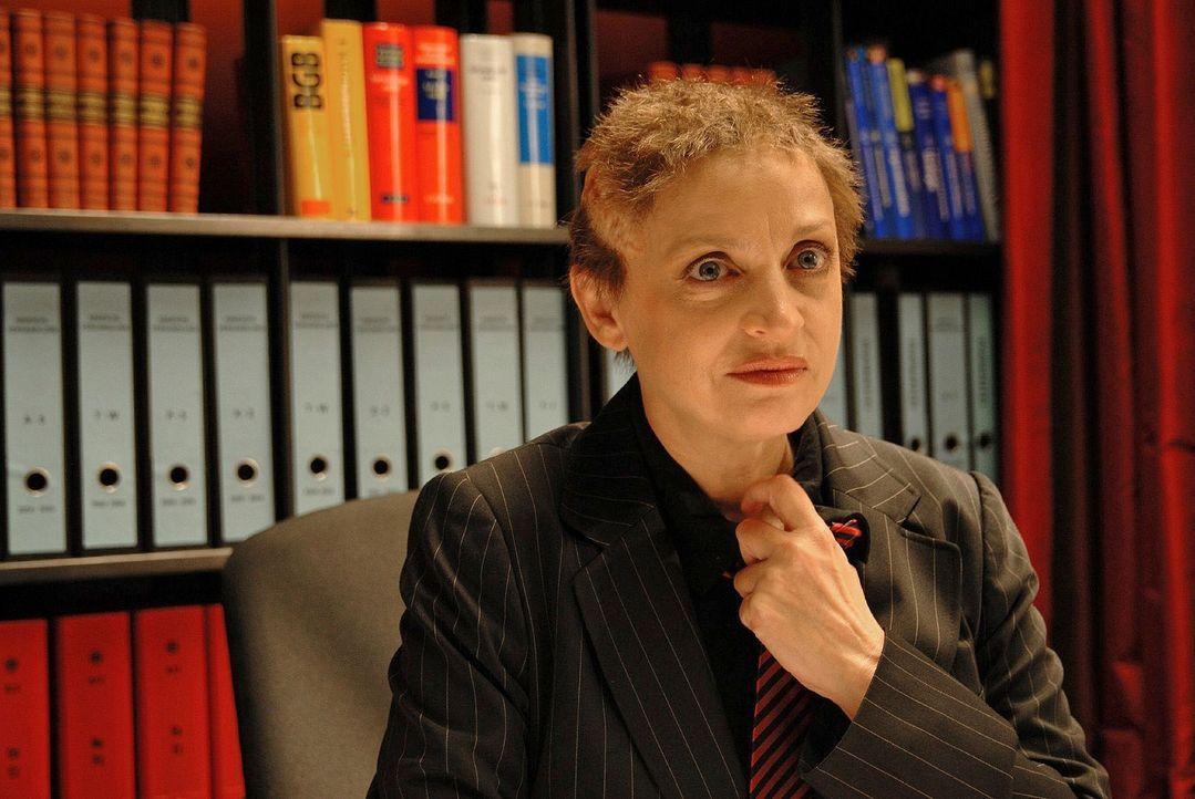 Kriminaldirektorin Friedmann (Katharina Thalbach) glaubt sich unbeobachtet und setzt wegen ihrer starken Kopfschmerzen die Perücke ab. Plötzlich bet... - Bildquelle: Hardy Spitz Sat.1