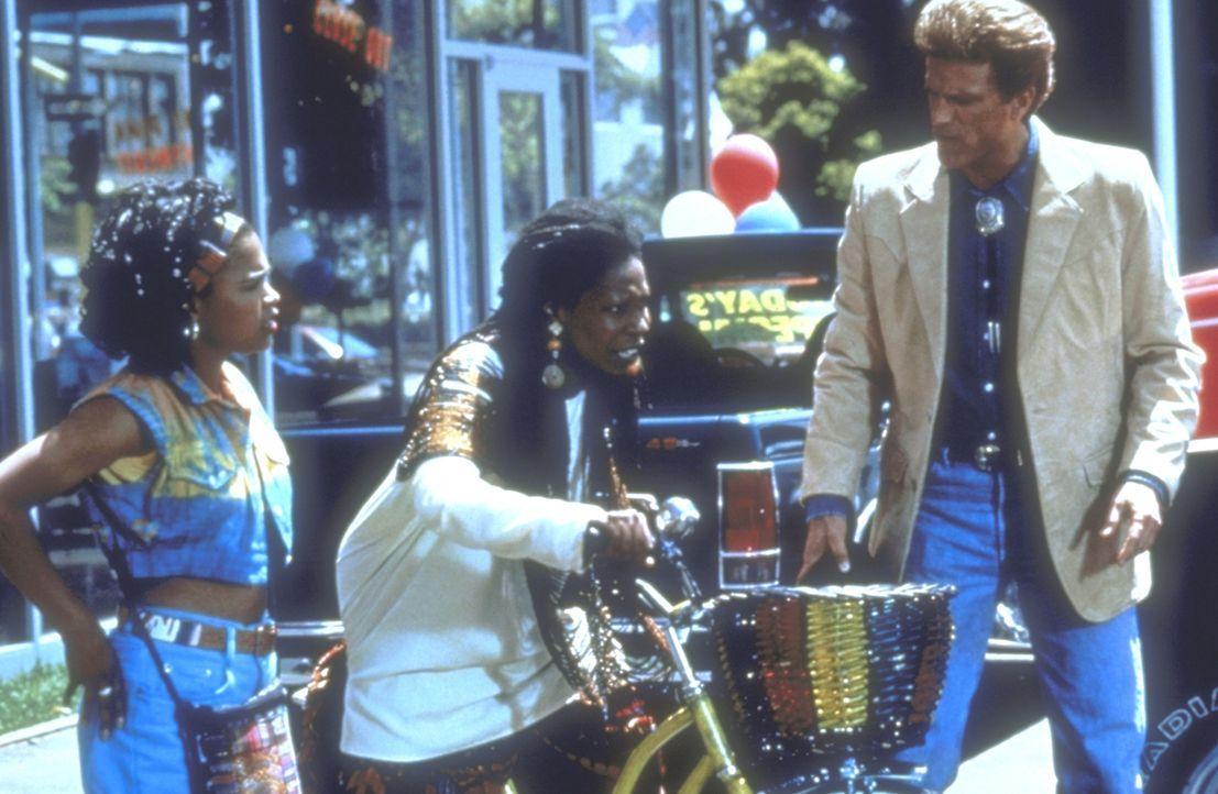 Mit seiner Vaterschaft konfrontiert, ist Hal (Ted Danson, r.) nicht gerade begeistert, eine farbige Tochter (Nia Long, l.) zu haben, aber auch Mom S... - Bildquelle: Warner Bros.