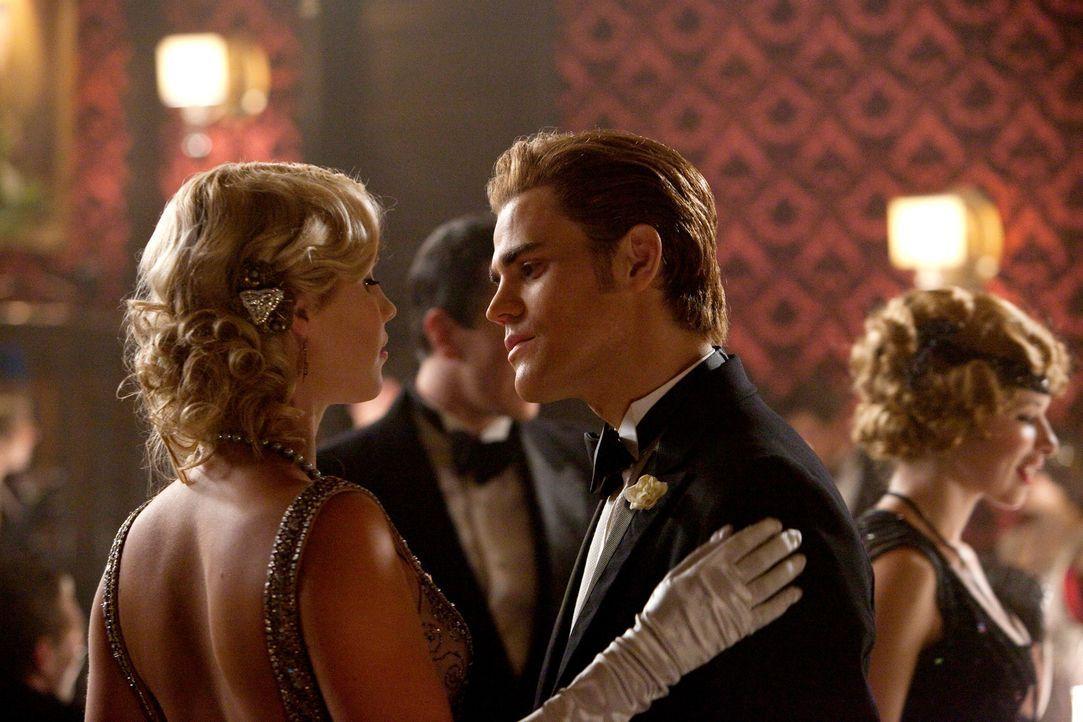 Blick in die Vergangenheit: Rebekah (Claire Holt, l.) und Stefan (Paul Wesley, r.) - Bildquelle: © Warner Bros. Entertainment Inc.