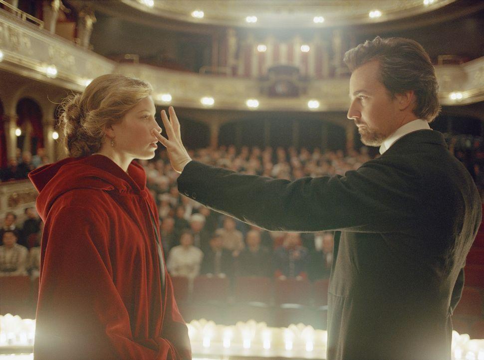 Beginnen eine Romanze, die lebensgefährlich ist: Sophie (Jessica Biel, l.), verlobt mit dem jähzornigen und unberechenbaren Kronprinzen Leopold, und... - Bildquelle: 2006 Yari Film Group Releasing, LLC.  All Rights Reserved.