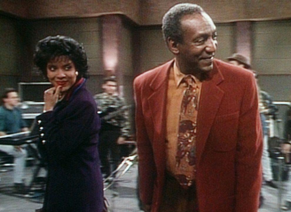 Clair (Phylicia Rashad, l.) und Cliff (Bill Cosby, r.) sind dazu eingeladen worden, einen Radioauftritt von Mario Bauza und Willie Colon im Sender m... - Bildquelle: Viacom