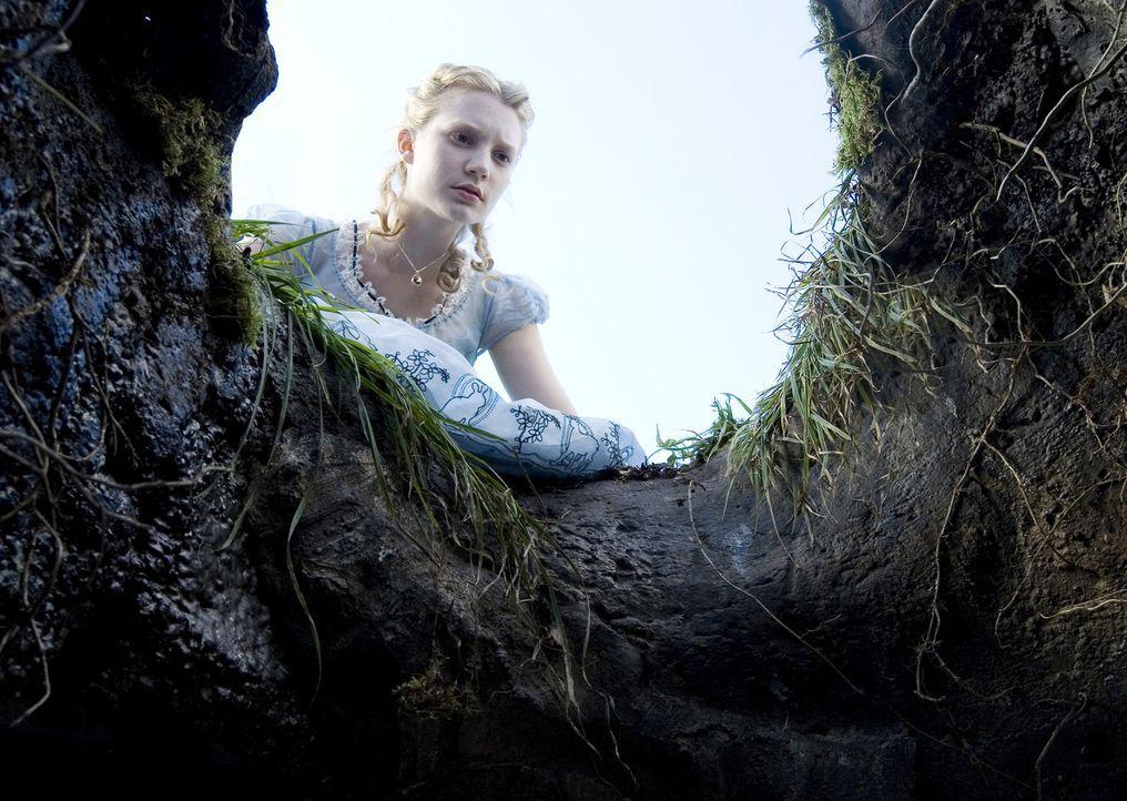 Ein weißes Kaninchen mit Weste und Taschenuhr verschwindet in einem Bau. Soll Alice (Mia Wasikowska) ihm wirklich folgen? - Bildquelle: Leah Gallo Disney Enterprises, Inc. All rights reserved