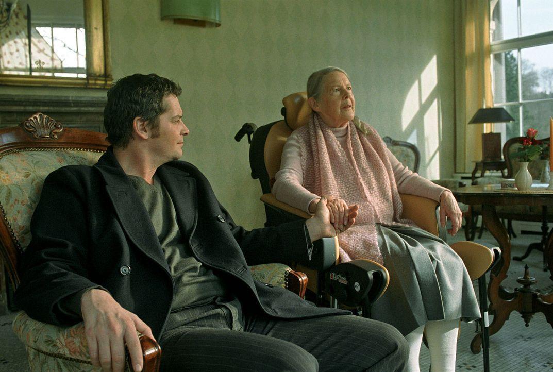 Leo (Fritz Karl, l.) liebt seine Großmutter (Eva Zeidler, r.) über alles. - Bildquelle: Martin Lässig Sat.1
