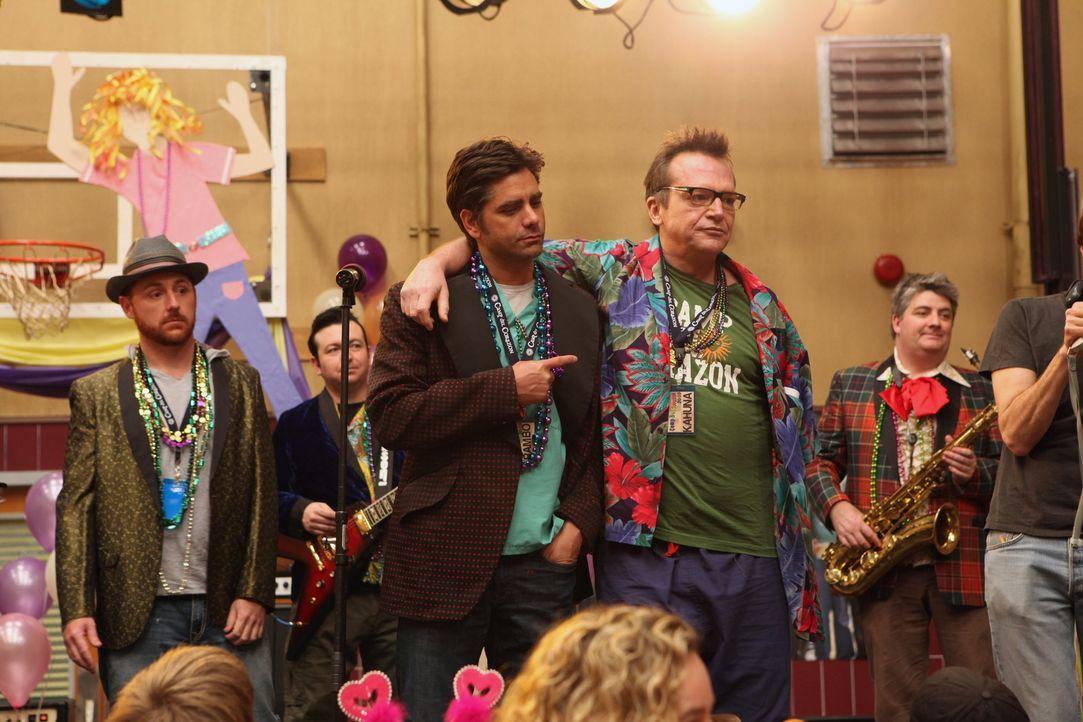 Unschlagbares Team: Gemeinsam mit Kahuna (Tom Arnold, r.) heizen Tony (John Stamos, M.) und Archie (Scott Grimes, l.) den Kids so richtig ein ... - Bildquelle: Warner Bros. Television