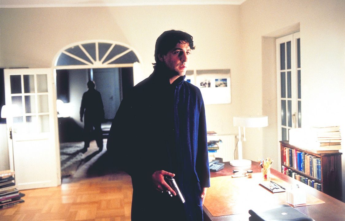 Überzeugt, während des 11. November ermordet zu werden, legt sich der bewaffnete Thomas (Gregor Törzs) auf die Lauer. Doch der zukünftige Mörde... - Bildquelle: Christian Rieger/Klick ProSieben
