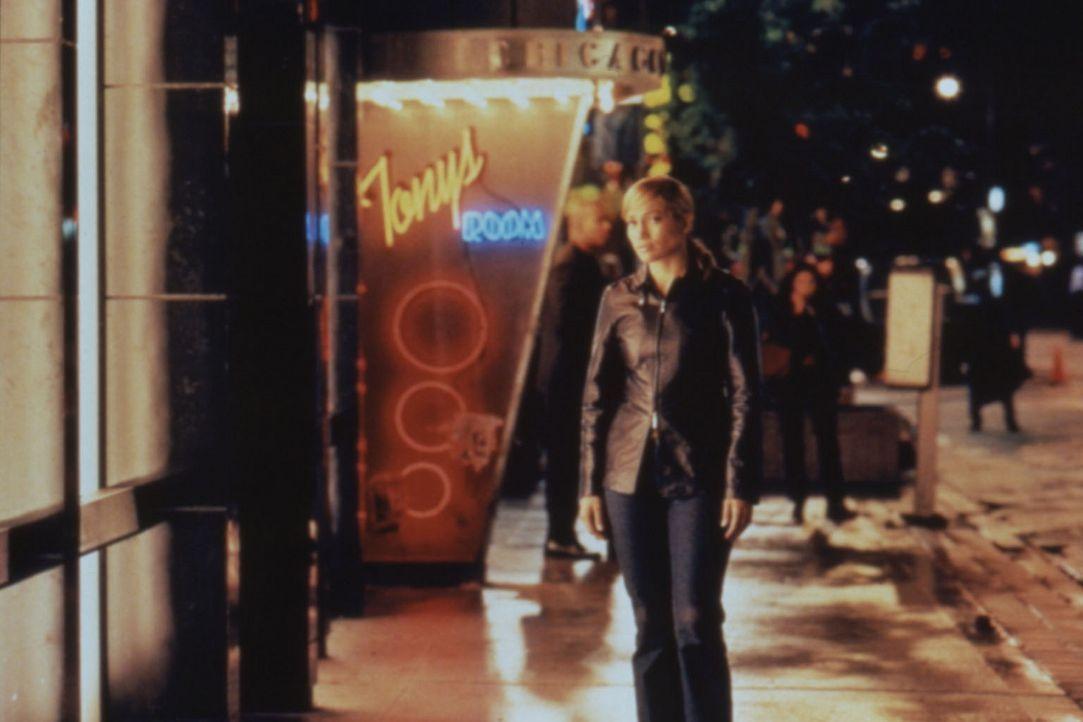 Durch harte Arbeit  in ihrem Revier - das härteste Viertel Chigago's - versucht die Polizistin Sharon (Jennifer Lopez) ihrer Vergangenheit zu entfl... - Bildquelle: Warner Bros.