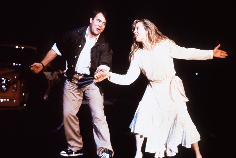 Steve (Dan Aykroyd, l.) verliebt sich unsterblich in die außerirdisch schöne Celeste (Kim Basinger, r.) ... - Bildquelle: Columbia Pictures