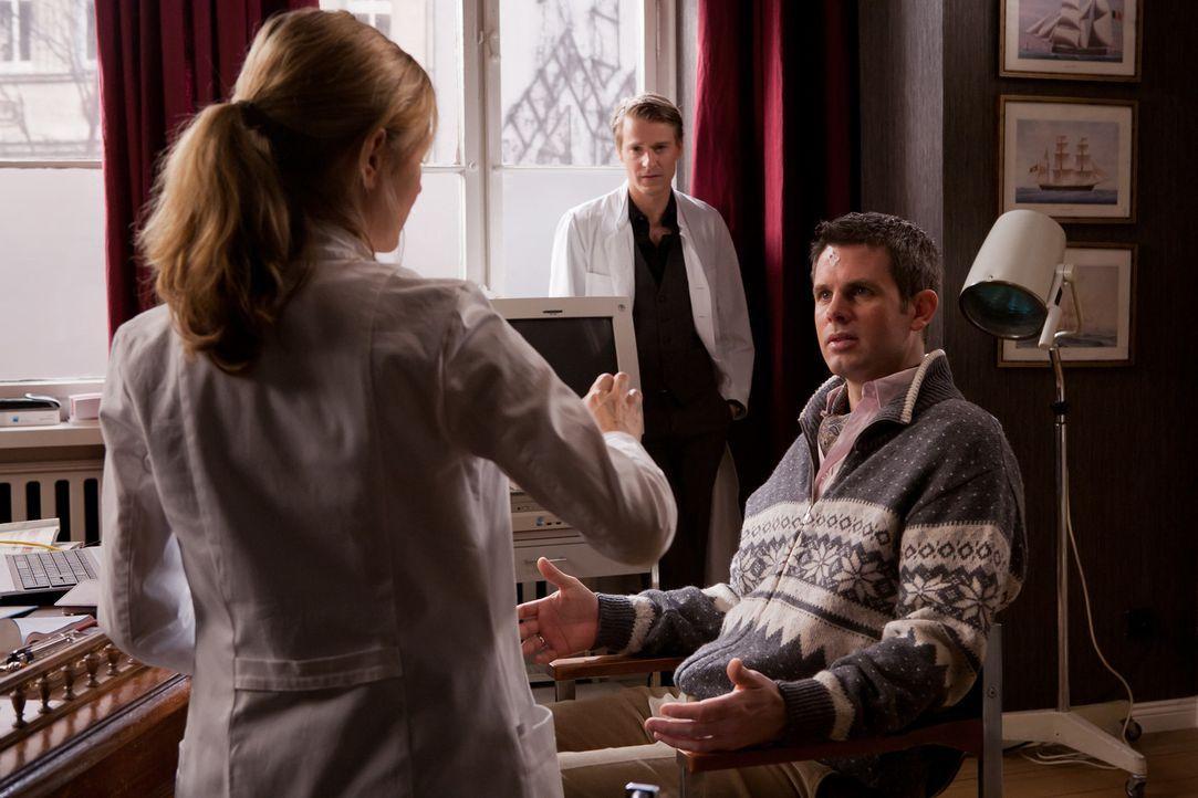Nina (Stefanie Stappenbeck, l.) kommt der fatale Verdacht, dass die Ursache für Adrians (Steffen Groth, r.) Persönlichkeitsveränderung an einer selt... - Bildquelle: Conny Klein SAT.1