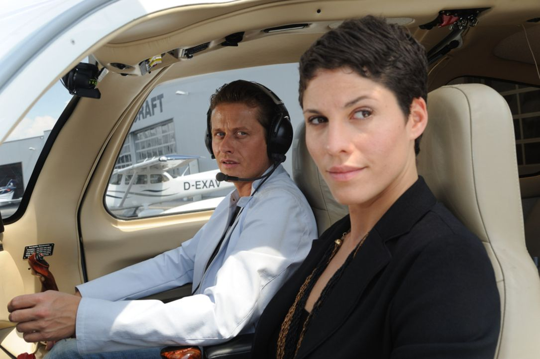Während Peter von Lisa (Jasmin Gerat, r.) nichts wissen möchte, ist sein Chef Alexander (Roman Knižka, l.) durchaus von ihr angetan ... - Bildquelle: Hardy Spitz SAT.1