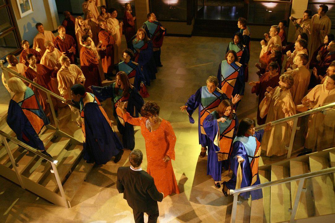 Zu den Klängen eines Gospel-Chors auf Hawaii schwingt Eli (Jonny Lee Miller, M. vorne) mit Patti (Loretta Devine, M. hinten) das Tanzbein ... - Bildquelle: Disney - ABC International Television