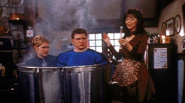 Sabrina (Melissa Joan Hart, l.) hat geglaubt, die böse Hexe (Shelley Long, r....