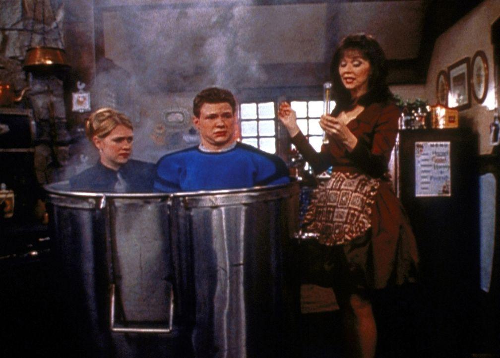 Sabrina (Melissa Joan Hart, l.) hat geglaubt, die böse Hexe (Shelley Long, r.) täuschen zu können, um Harvey (Nate Richert) zu retten. Doch jetzt... - Bildquelle: Paramount Pictures