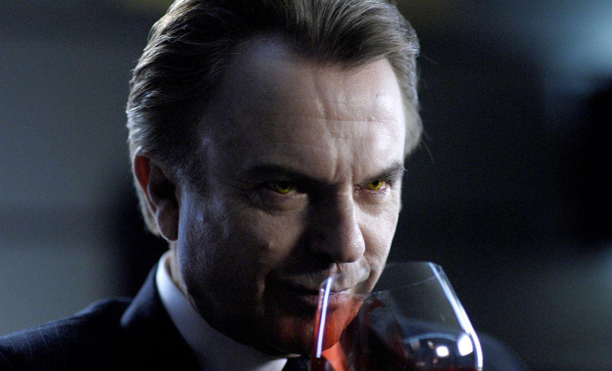 Anno 2019 sind Menschen rar geworden. So rar, dass die Vampire, die nun die Erde beherrschen, Hunger leiden. In der Firma von Charles Bromley (Sam N... - Bildquelle: 2010 Tiberius Film GmbH & Co. KG
