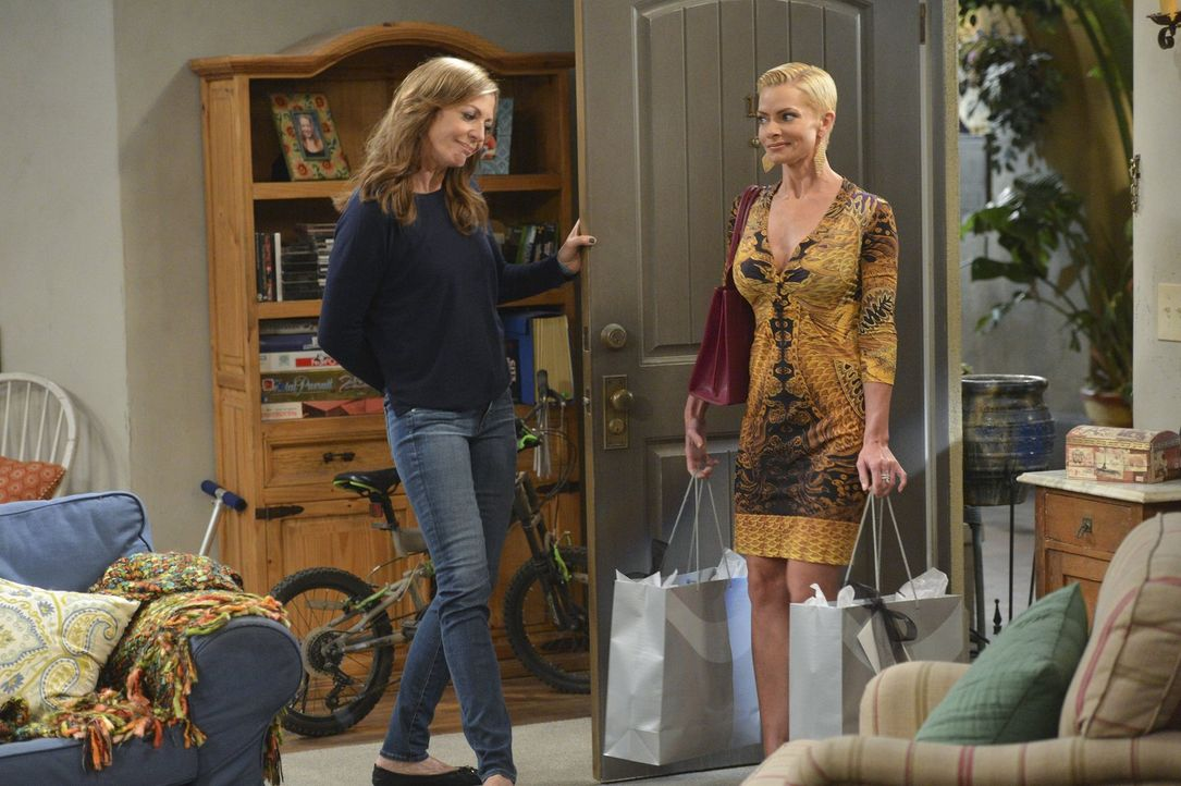 Jill (Jaime Pressly, r.) braucht an ihrem ersten Abend nach der Entzugskur Gesellschaft. Christy und Bonnie (Allison Janney, l.) erklären sich berei... - Bildquelle: Warner Bros. Television