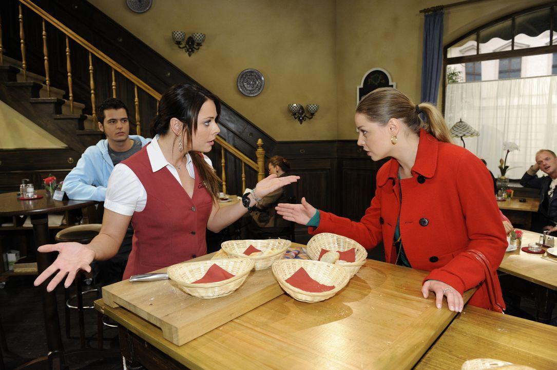 Da sich Katja (Karolina Lodyga, r.) weigert, Paloma (Maja Maneiro, M.) im Restaurant zu unterstützen, will Maik (Sebastian König, l.) ihr helfen ... - Bildquelle: SAT.1