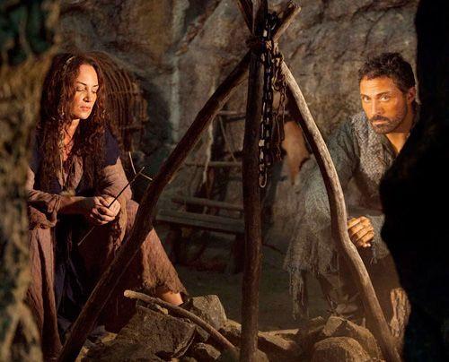 Im Wald von Shiring begegnet Tom (Rufus Sewell) der abtrünnigen Nonne und Heilerin Ellen (Natalia Wörner). Sie würde der Familie gerne helfen, do... - Bildquelle: Egon Endrenyi - Tandem Productions - Pillars Productions