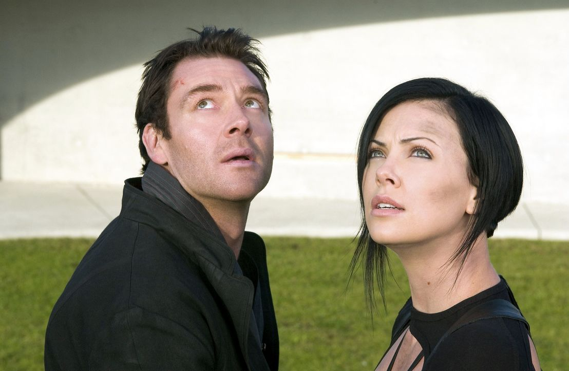Eigentlich hatte sie den Auftrag, den Herrscher der Stadt Bregna, Trevor Goodchild (Marton Csokas, l.), zu töten, doch dann lernt Aeon Flux (Charli... - Bildquelle: 2004 by PARAMOUNT PICTURES. All Rights Reserved.