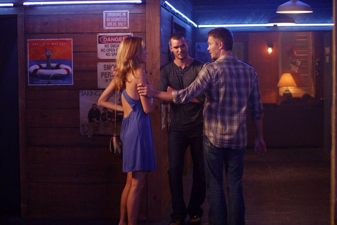 Lucas (Chad Michael Murray, r.) stellt Peyton (Hilarie Burton, l.) den Regisseur Julian (Austin Nichols, M.) vor, ohne zu ahnen, dass die sich berei... - Bildquelle: Warner Bros. Pictures