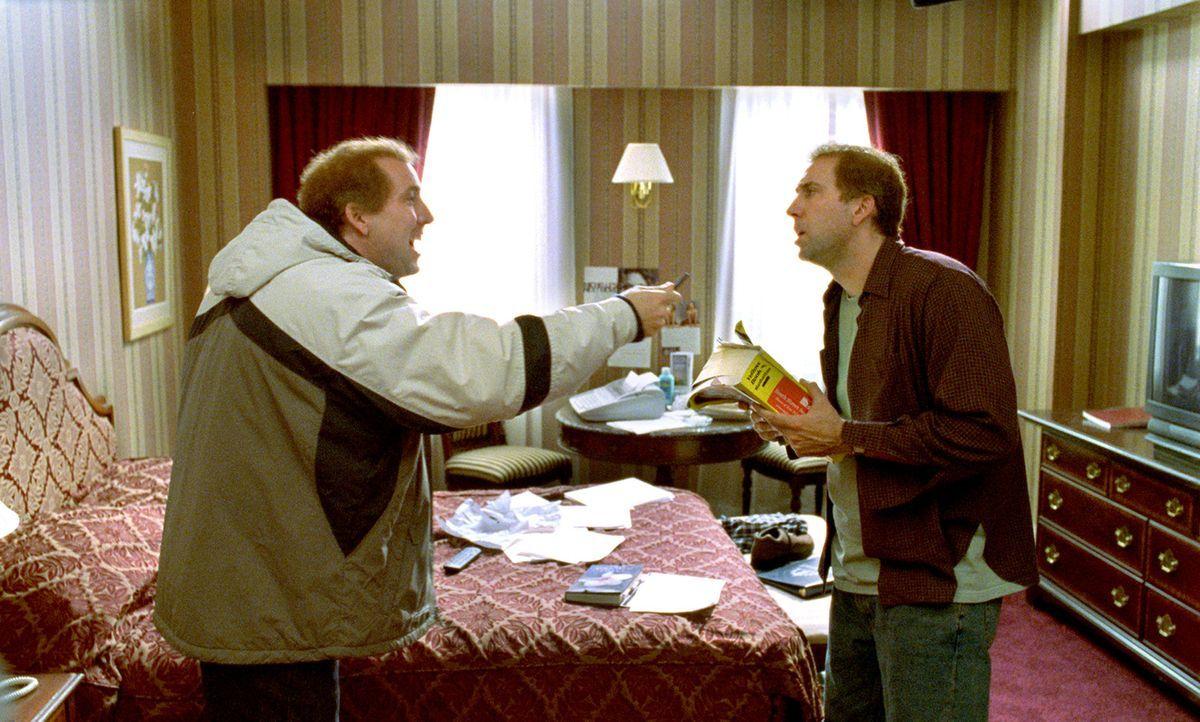 Charlie Kaufmann (Nicolas Cage, r.) hat eigentlich genug damit zu tun, einen Roman in ein Drehbuch zu verwandeln, als sein Zwillingsbruder Donald (N... - Bildquelle: 2003 Sony Pictures Television International