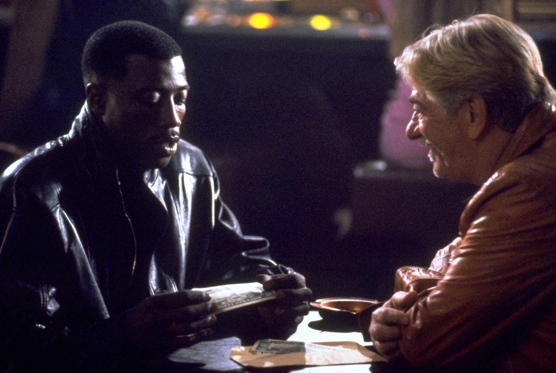Superbulle Jimmy (Wesley Snipes, l.) wickelt ein fingiertes Falschgeld-Geschäft mit Leach (Seymour Cassel, r.) ab ... - Bildquelle: Warner Bros.