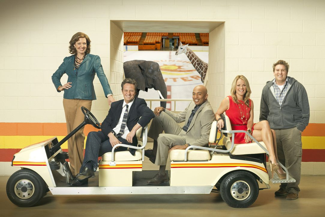 "(1. Staffel) - Die Arbeit in der alten Sportarena ""The Sunshine Center"" hält immer wieder Überraschungen für Crystal Cohen (Allison Janney, l.),... - Bildquelle: Sony Pictures Television Inc. All Rights Reserved."