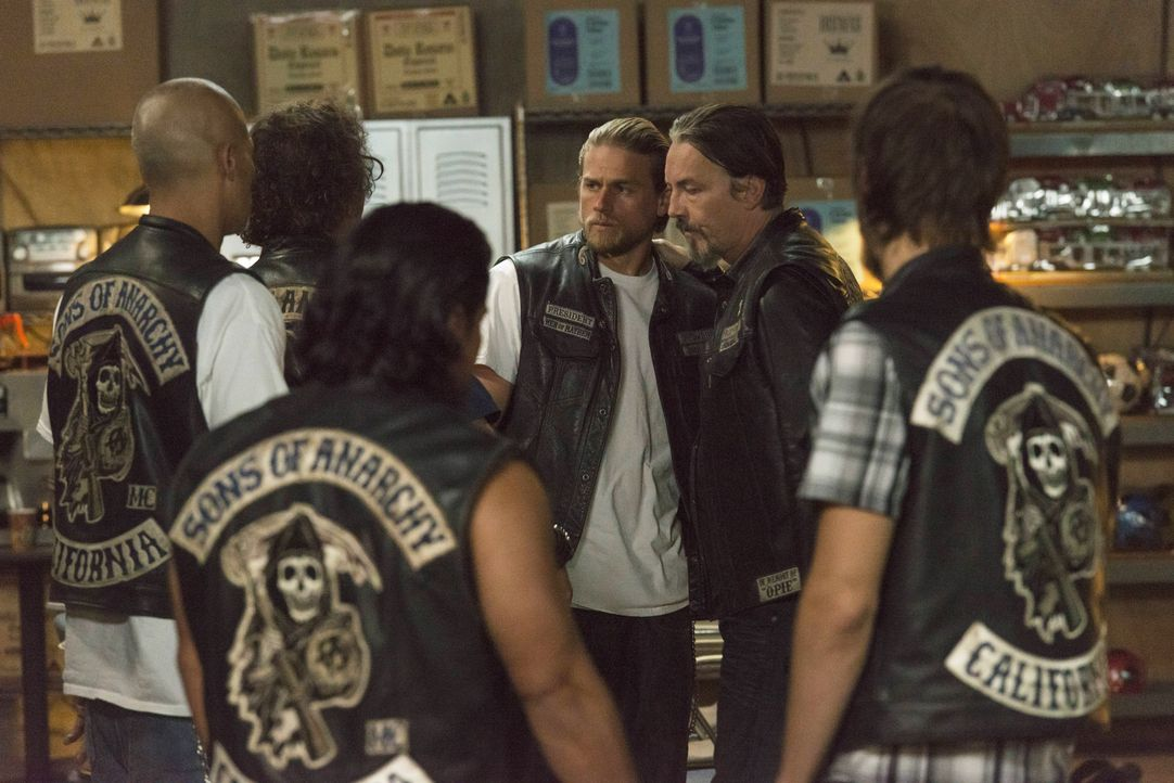 Jax (Charlie Hunnam, l.) und Chibs (Tommy Flanagan, r.) wissen die Wahrheit. Wie gehen die Sons jetzt mit Gemma um? - Bildquelle: Prashant Gupta 2013 Twentieth Century Fox Film Corporation and Bluebush Productions, LLC. All rights reserved.