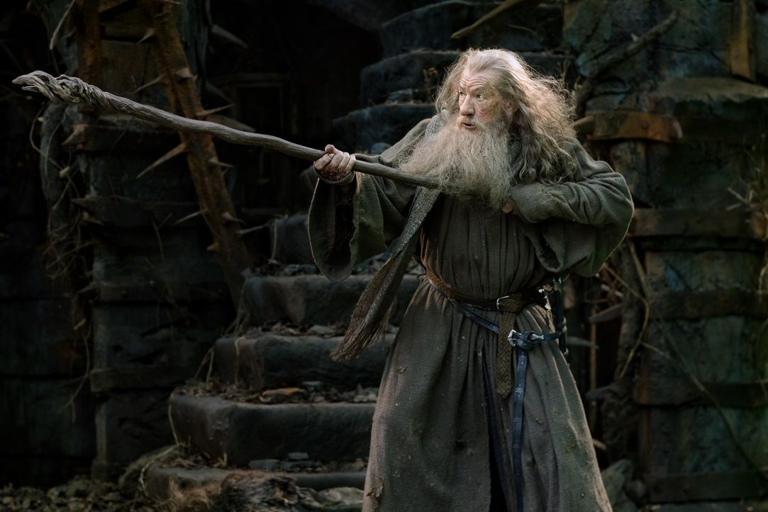 Er wollte Bilbo und seinen Begleitern beim Kampf mit Smaug beistehen, doch dann wird Gandalf (Ian McKellen) mit einem alten Widersacher konfrontiert... - Bildquelle: 2013 METRO-GOLDWYN-MAYER PICTURES INC. and WARNER BROS. ENTERTAINMENT INC.