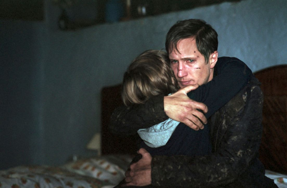 Entkommen nur knapp dem Grauen: Marc (Benno Fürmann, r.) und sein Sohn Tyll (Henry Stange, l.) ... - Bildquelle: Kinowelt