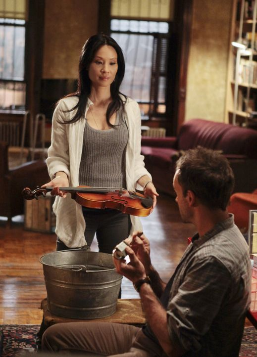 Lösen Kriminalfälle auf höchst eigenwillige Weise: Sherlock Holmes (Jonny Lee Miller, r.) und Joan Watson (Lucy Liu, l.) ... - Bildquelle: CBS Television